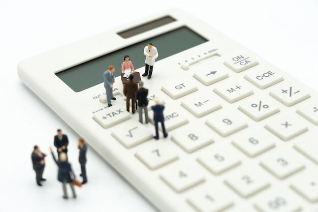 Pessoas em miniatura fila de pagamento renda anual