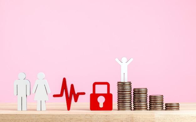Pessoas em miniatura grupo de casal e pai mãe filho em pé na pilha de moedas de seguro bu