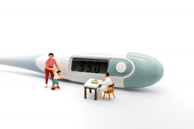 Pessoas em miniatura, mãe e filhos encontram médico com termômetro