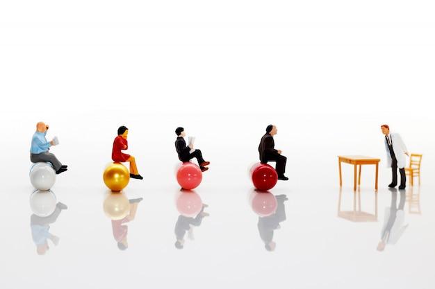 Pessoas em miniatura: médico com paciente sentado na cápsula. conceito de saúde.