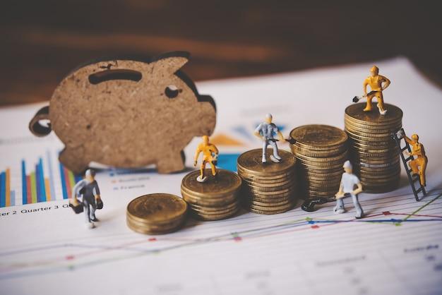 Pessoas em miniatura ou trabalhador de pequena figura na moeda arranjados. business financial planning análise financeira para o conceito de crescimento corporativo.