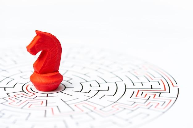 Pessoas em miniatura, peça de xadrez cavaleiro no labirinto ou labirinto.