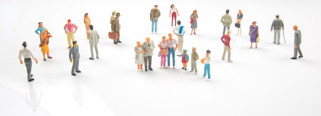 Pessoas em miniatura. pessoas diferentes se levantam. comunicação da sociedade de diferentes gerações
