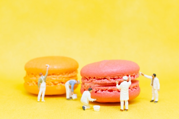 Pessoas em miniatura: pintores colorir macaroon