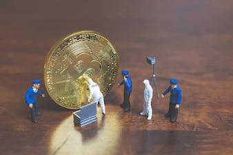 Pessoas em miniatura: polícia e detetive em pé na frente de bitcoin cryptocurrency