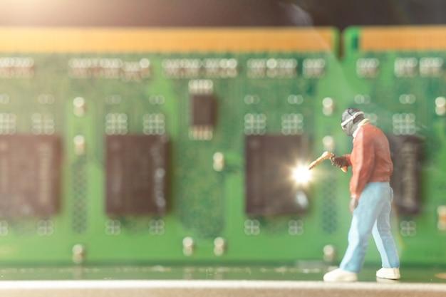 Pessoas em miniatura: reparação de conserto de computadores hardware de computador