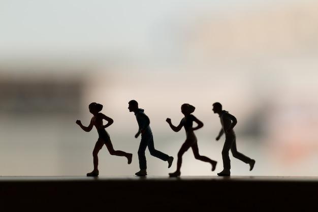 Pessoas em miniatura: silhueta de um corredor