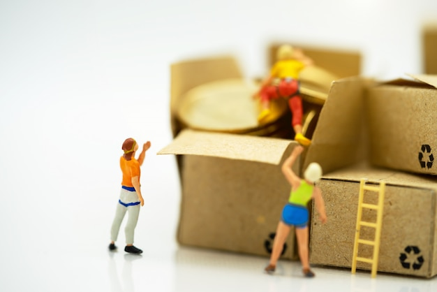 Pessoas em miniatura subindo moedas de ouro, alcançando o topo.