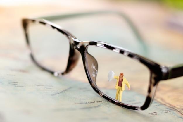 Pessoas em miniatura: trabalhador de limpeza de óculos.