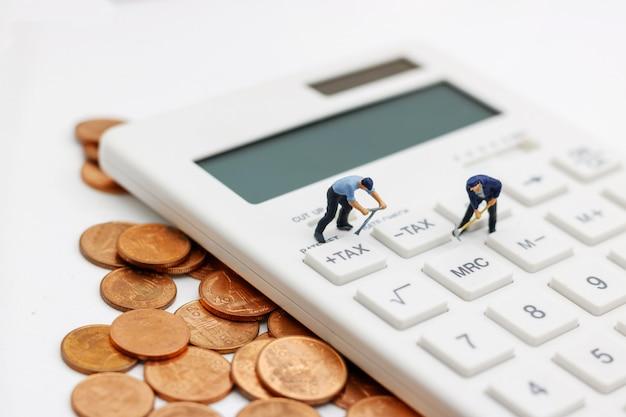 Pessoas em miniatura: trabalhadores trabalhando em moedas de ouro com calculadora.