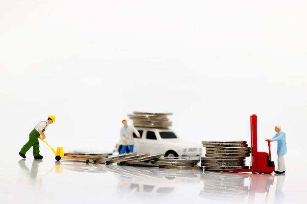 Pessoas em miniatura, transportando moedas
