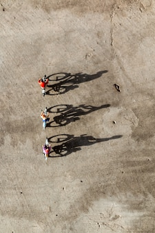 Pessoas em miniatura: viajantes andando de bicicleta