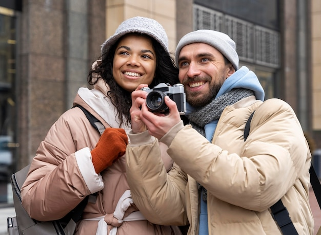 Pessoas em planos médios com câmera