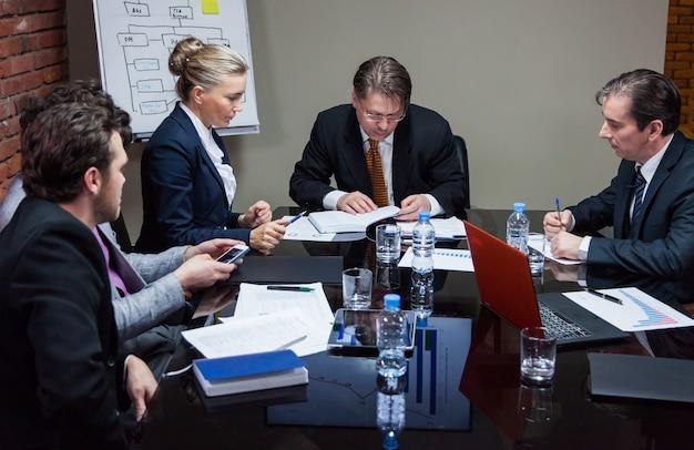 Pessoas em reunião no escritório