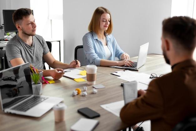 Pessoas em reunião para uma vaga de emprego