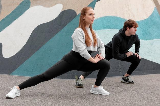 Pessoas em roupas esportivas se exercitando ao ar livre