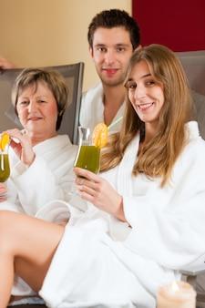 Pessoas em spa com clorofila-shake