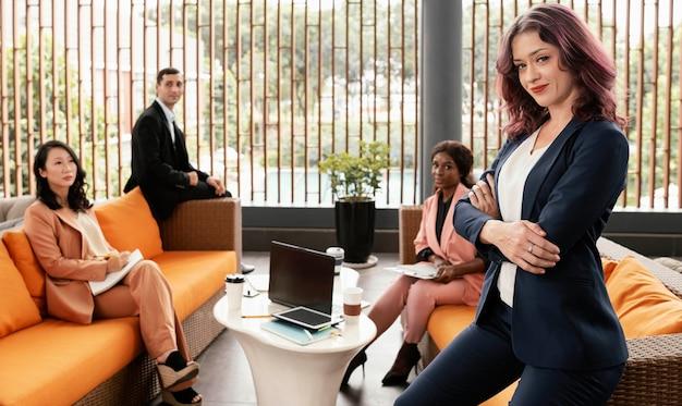 Pessoas em tiro médio em pose de reunião