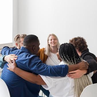 Pessoas em tiro médio se abraçando