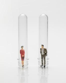 Pessoas em tubos de vidro durante a pandemia de coronavírus
