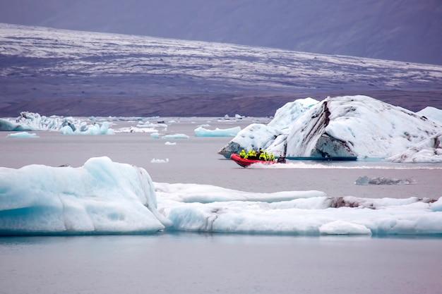 Pessoas em um barco anfíbio especial na lagoa de gelo na islândia