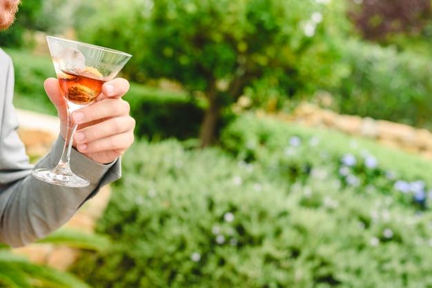 Pessoas em um cocktail beber álcool de seus óculos e se divertindo na festa.