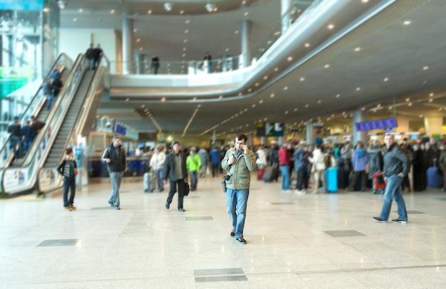 Pessoas em um moderno terminal de saguão de aeroporto