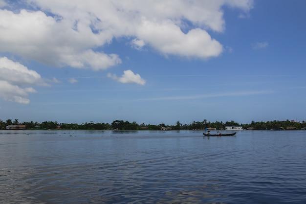 Pessoas em uma canoa no rio com guarda-chuvas