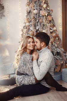 Pessoas em uma decoração de natal. homem com um suéter cinza.