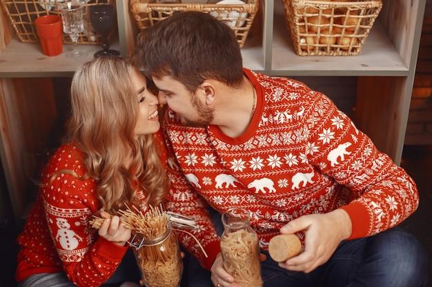 Pessoas em uma decoração de natal. homem e mulher com uma camisola vermelha.