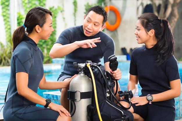Pessoas em uma escola de mergulho