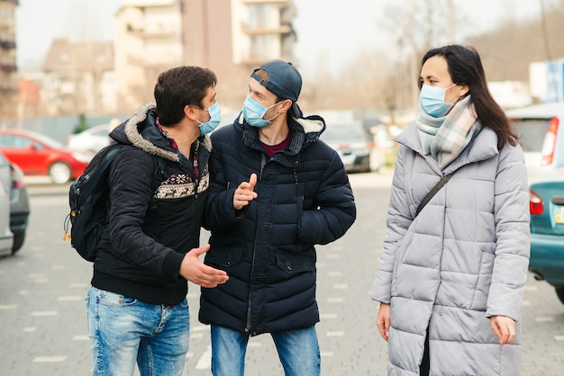 Pessoas em uma máscara médica ao ar livre. pandemia global de coronavírus.
