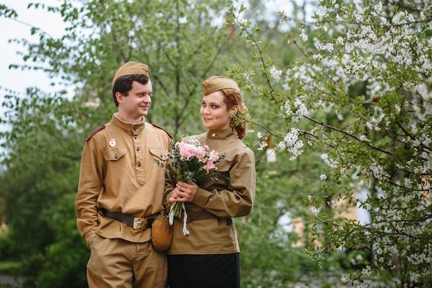 Pessoas em uniformes militares soviéticos