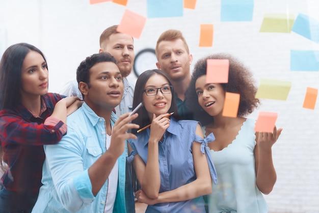 Pessoas escrevem idéias - os resultados de um brainstorming.