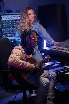 Pessoas escrevendo músicas no estúdio