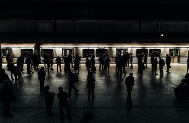 Pessoas esperando por um trem em uma plataforma