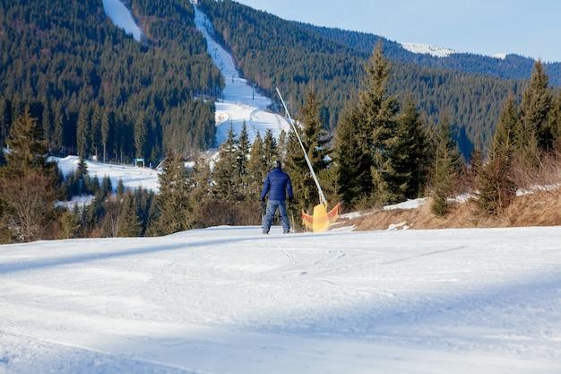 Pessoas esquiando e os teleféricos da região de esqui na ucrânia.