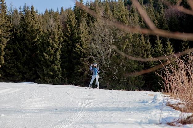 Pessoas esquiando em uma encosta de montanha