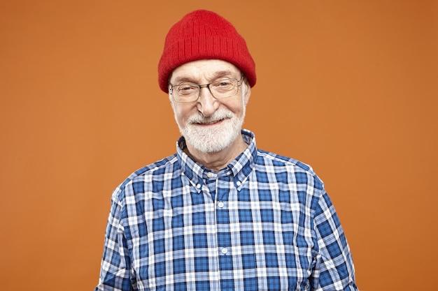 Pessoas, estilo de vida, envelhecimento e expressões faciais humanas positivas