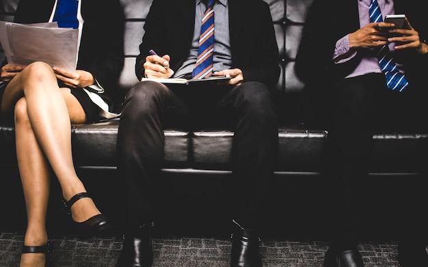 Pessoas estressantes sentado e esperando para entrevistar um emprego no sofá
