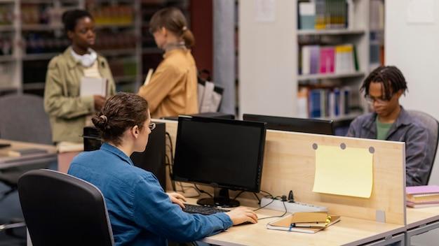 Pessoas estudando pacificamente na biblioteca