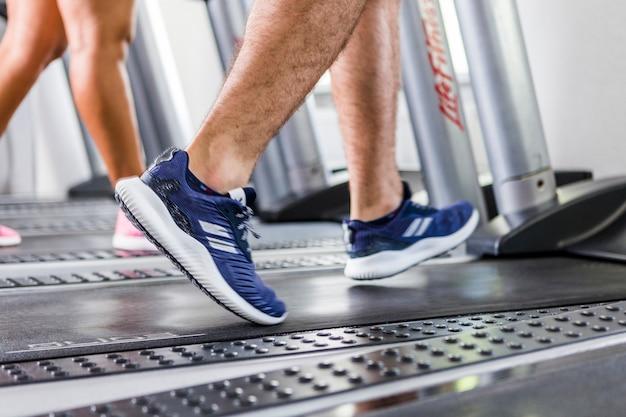 Pessoas, executando, ligado, a, treadmill