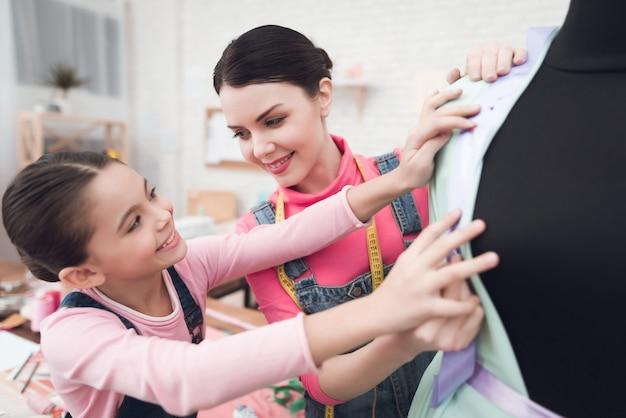 Pessoas experimentando roupas em um manequim