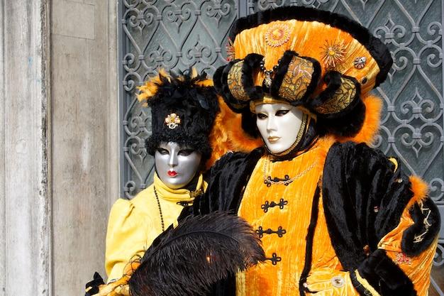 Pessoas fantasiadas para o carnaval de veneza