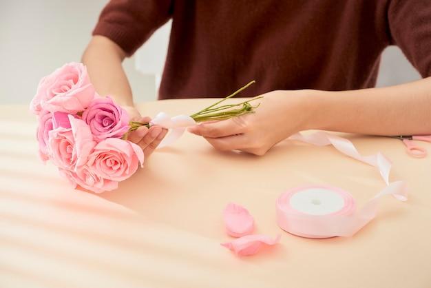 Pessoas fazendo arte em flores de papel artesanal Foto Premium
