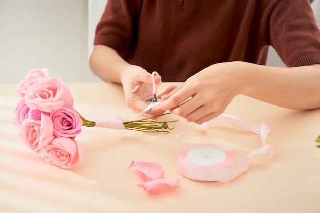 Pessoas fazendo arte em flores de papel artesanal