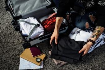 Pessoas fazendo as malas para uma viagem