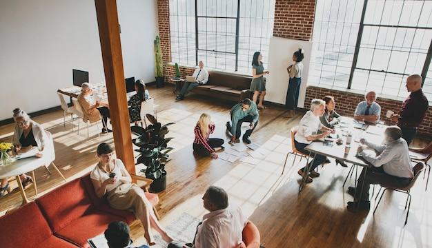 Pessoas fazendo brainstorming em um workshop