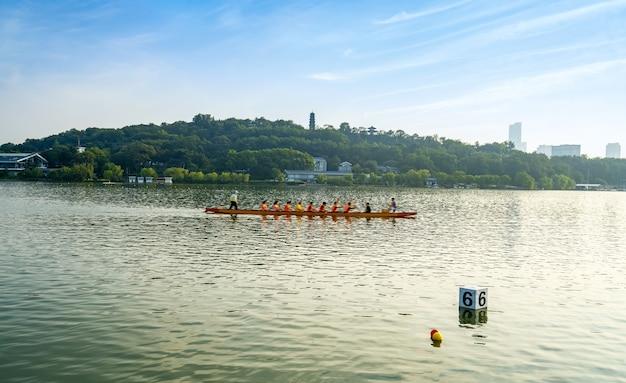 Pessoas fazendo canoagem na água no lago xuanwu nanjing china