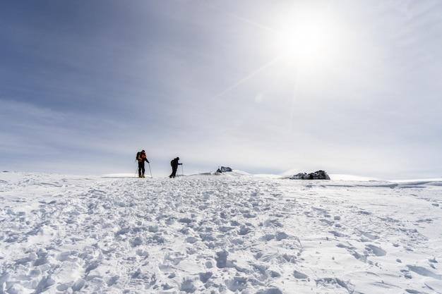 Pessoas fazendo esqui cross-country na serra nevada